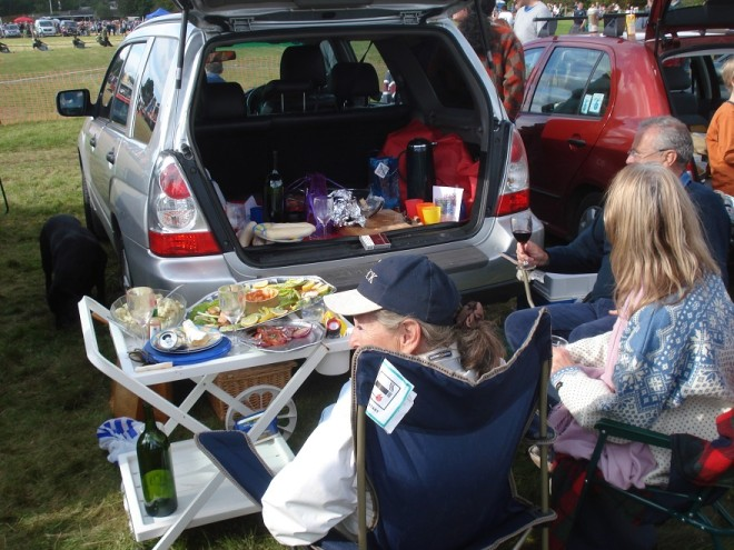 Picnic from the car at the ringside